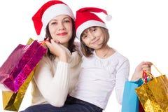 Lycklig moder och dotter på att shoppa för jul Arkivbilder