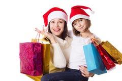 Lycklig moder och dotter på att shoppa för jul Fotografering för Bildbyråer