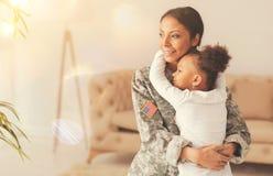 Lycklig moder och dotter som återförenar efter avskiljande arkivfoton