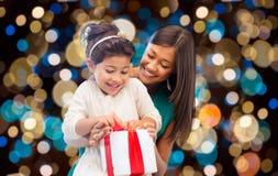 Lycklig moder- och dotterflicka med gåvaasken Fotografering för Bildbyråer