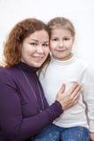 Lycklig moder- och förträningsdotterstående Royaltyfri Foto