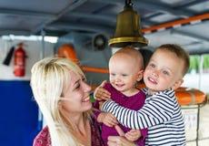 Lycklig moder och henne barn Arkivfoton