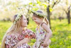 Lycklig moder och hennes lilla dag för dotter på våren Arkivbild