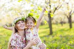 Lycklig moder och hennes lilla dag för dotter på våren Royaltyfri Fotografi