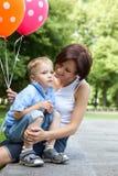 Lycklig moder och liten son Arkivbild