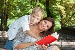 Lycklig moder och liten son royaltyfri foto