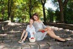 Lycklig moder och liten son royaltyfri fotografi