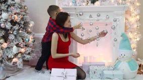 Lycklig moder och liten son i den nya festliga inre för års` s arkivfilmer