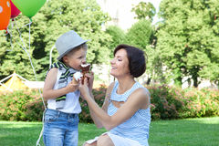 Lycklig moder och liten son med glassar utomhus Royaltyfria Bilder