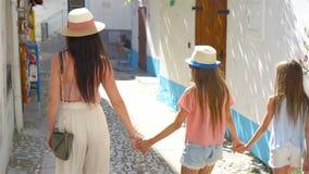 Lycklig moder och sm? f?rtjusande flickor p? den hemtrevliga gatan under italiensk semester stock video
