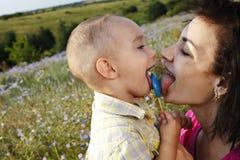 Lycklig moder och son som har roligt utomhus Arkivfoto