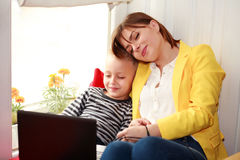 Lycklig moder och son som hemma ser bärbara datorn Royaltyfria Foton