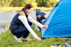 Lycklig moder- och soninställning - upp tältet utomhus Royaltyfria Foton