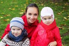 Lycklig moder och två barn arkivbilder
