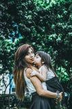 lycklig moder s för dag Barndottern gratulerar mammor Royaltyfria Foton