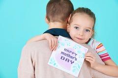 lycklig moder s för dag Gullig liten flicka som ger kortet för mammamoderdag Fostra och dotterbegreppet Royaltyfria Bilder