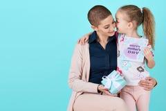 lycklig moder s för dag Gullig liten flicka som ger kortet för mammamoderdag och en gåva Royaltyfria Bilder