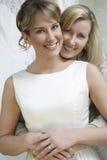 Lycklig moder som omfamnar bruden Royaltyfri Fotografi