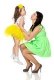 Lycklig moder som rymmer en ung dotter Arkivbild