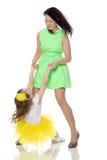 Lycklig moder som rymmer en ung dotter Arkivbilder