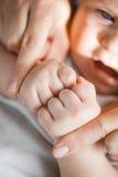 Lycklig moder som rymmer ett nyfött barn Royaltyfri Bild