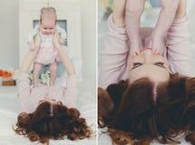 Lycklig moder som rymmer ett nyfött barn Arkivbilder