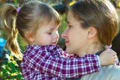 Lycklig moder som rymmer hennes dotter Arkivbilder