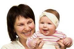 Lycklig moder som rymmer hennes lilla dotter isolerad Arkivfoto