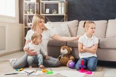 Lycklig moder som spelar med hennes döttrar arkivfoto
