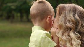 Lycklig moder som spelar med hennes son i parkera stock video