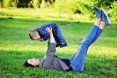 Lycklig moder som spelar med hennes son i parkera Royaltyfri Foto