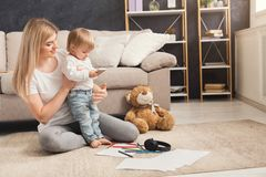 Lycklig moder som spenderar tid med hennes dotter arkivbild