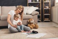 Lycklig moder som spenderar tid med hennes dotter arkivfoto