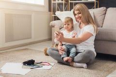Lycklig moder som spenderar tid med hennes dotter royaltyfri fotografi