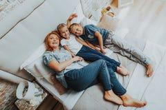 Lycklig moder som spenderar tid med två barn arkivfoto