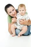 Lycklig moder till ett härligt barn arkivfoto