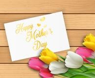 Lycklig moderdag med blommatulpan och papper på träbakgrund Royaltyfria Foton