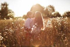 Lycklig moderkommunikation med sonen i ett vetefält Royaltyfria Foton