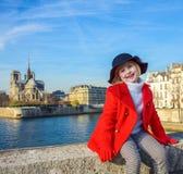 Lycklig modern flicka i rött lag på invallning i Paris, Frankrike Arkivfoton