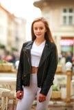 Lycklig modern sportig tonårig flicka i turist- stad för vår fotografering för bildbyråer