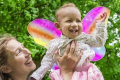 lycklig moderstående för dotter Arkivbilder