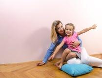 lycklig moderstående för dotter arkivfoton