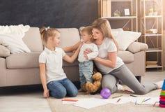 Lycklig moderteckning med hennes barn fotografering för bildbyråer