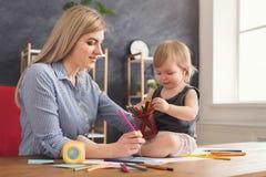 Lycklig moderteckning med hennes dotter royaltyfri bild