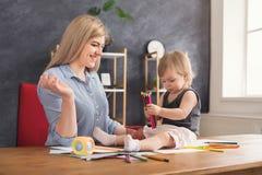 Lycklig moderteckning med hennes dotter arkivbild