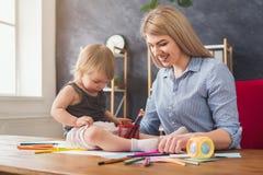 Lycklig moderteckning med hennes dotter arkivfoto