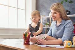 Lycklig moderteckning med hennes dotter fotografering för bildbyråer