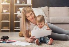 Lycklig moderteckning med hennes dotter arkivbilder