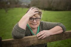 Lycklig mogen Caucasian kvinna i femtiotal fotografering för bildbyråer
