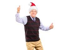 Lycklig mogen gentleman med hatten som ger upp tum Royaltyfria Bilder